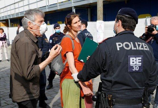 دهها اتریشی معترض به قرنطینه به خیابان ها ریختند